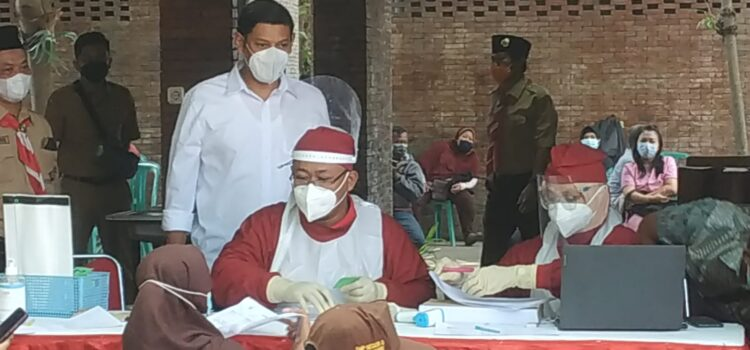 Siswa MTsN 2 Kota Kediri turut ambil bagian kegiatan vaksinasi yang digelar oleh Kwarcab Kota Kediri dalam rangkaian acara Bhakti Pramuka Peduli.